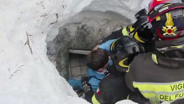 Milagro: hallan a 8 sobrevivientes en el hotel arrasado por la nieve
