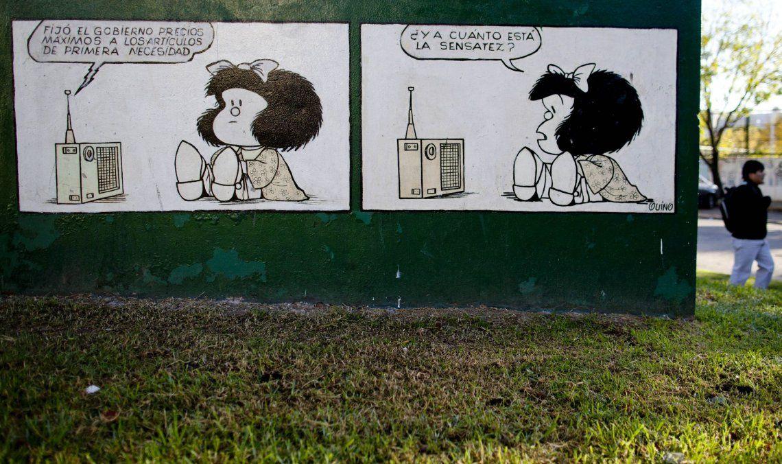 Mural de Mafalda que reproduce una de sus tiras, ubicado en una plaza de Buenos Aires<br>