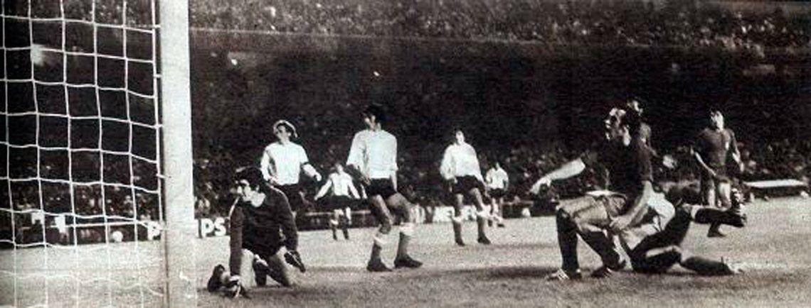 Asensi marca el gol de España en la Copa de la Hispanidad de 1972.