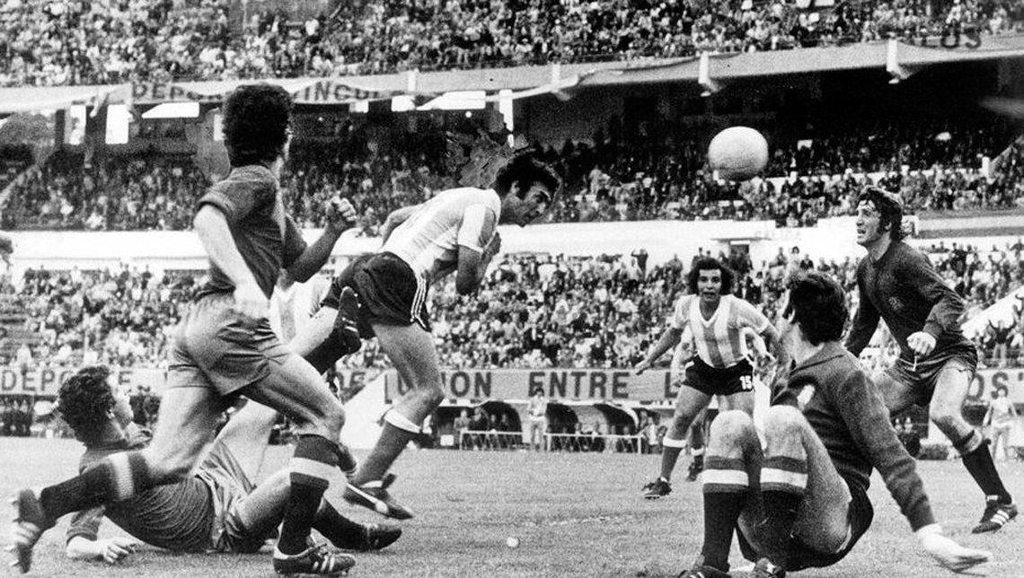 Rogel marca el empate en el 1 a 1 de 1974.