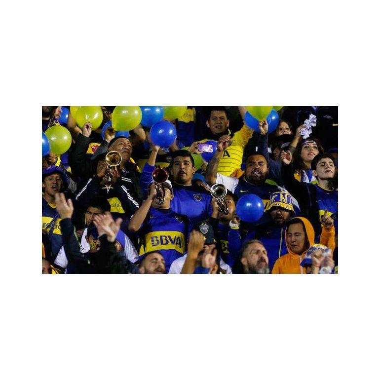 Hinchas de Boca en la popular visitante del estadio de Bolívar. Foto: AP