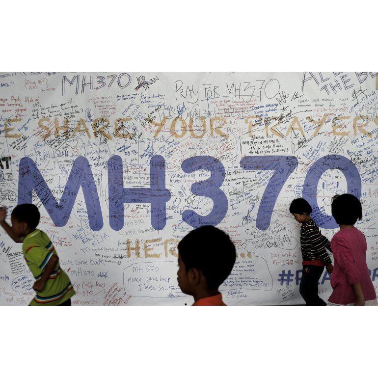 Analizan posible resto del vuelo MH370 encontrado por turistas