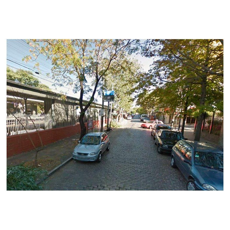 Autos en peligro junto a la estación de trenes de Haedo