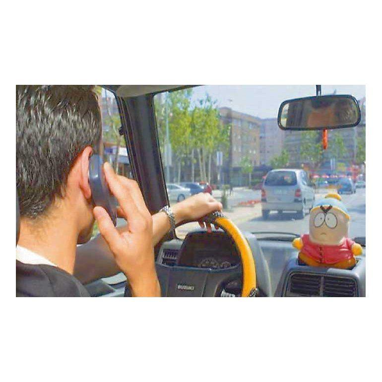 Tres de cada diez accidentes, por manejar usando el celular
