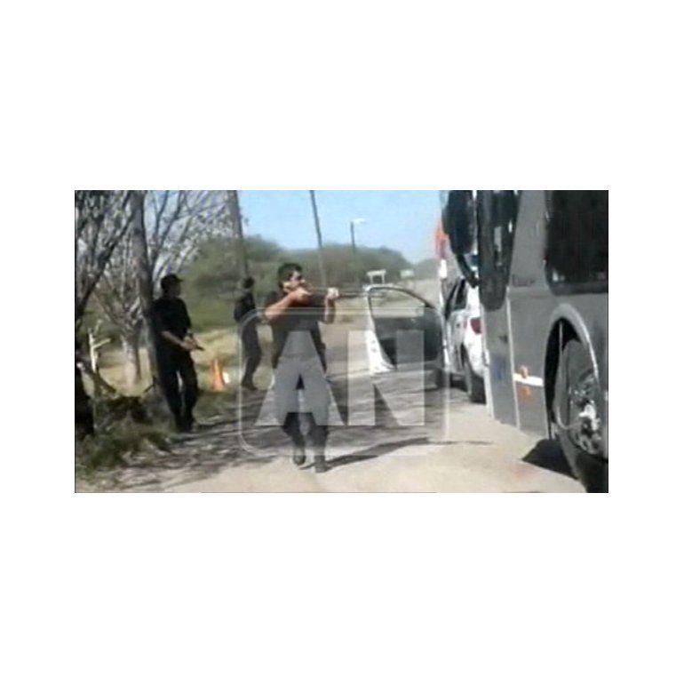 Video: con armas, Policía pide coimas a micros de La Salada