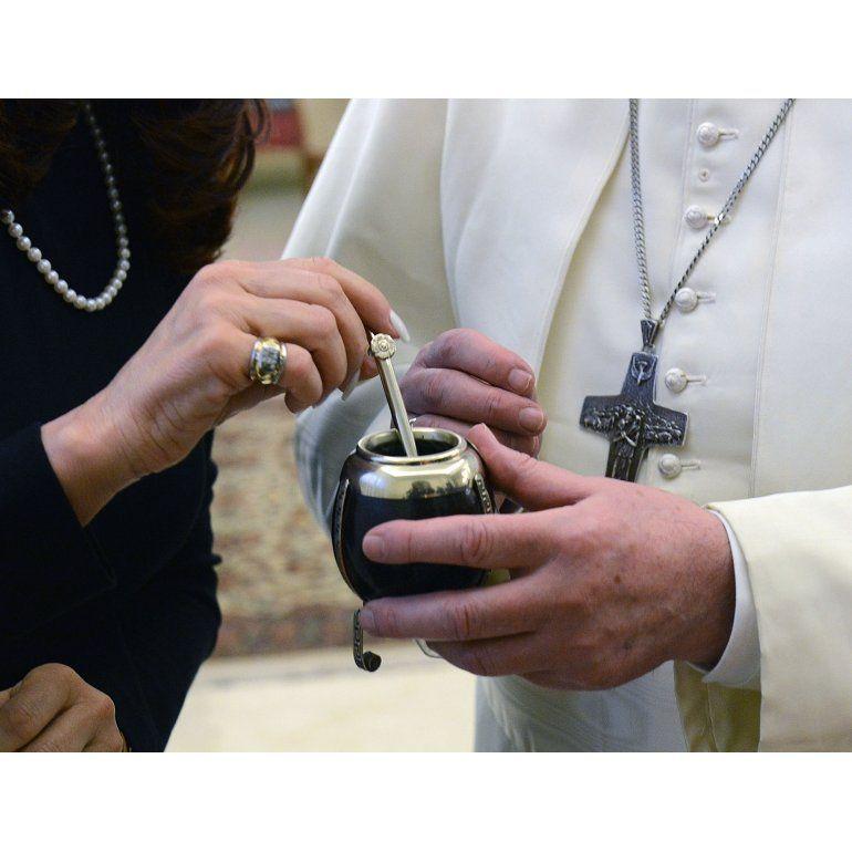 Cristina y Bergoglio: la Presidenta le regaló un equipo de mate