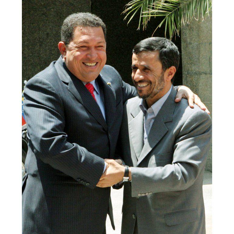 Llegó Ahmadinejad: Chávez siempre seguirá vivo