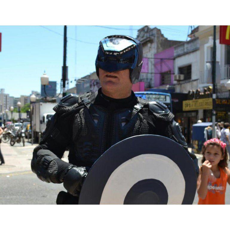 Menganno, el superhéroe de Lanús, se tirotea con tres delincuentes