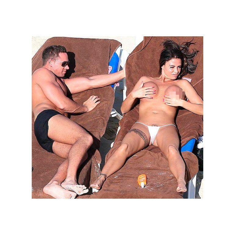 Katie Price Al Desnudo En La Playa