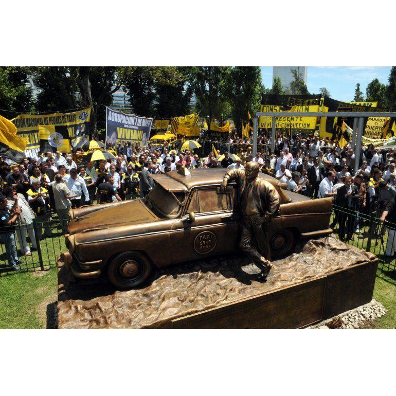 Joya nunca taxi: inauguraron el monumento al taxista