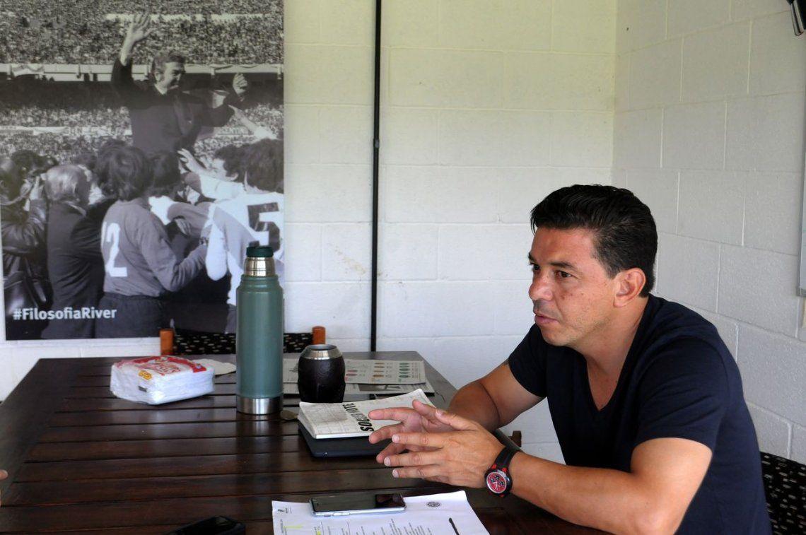 Gallardo en su oficina. De fondo