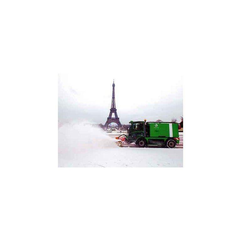 """La Torre Eiffel es """"testigo"""" del trabajo para apartar la nieve de los caminos en París."""