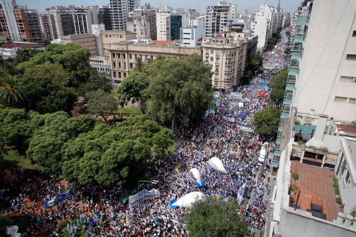 Miles de docentes se movilizaron del Congreso al Palacio Pizzurno