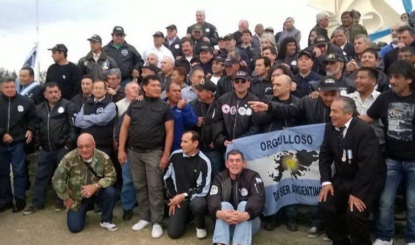 Marcha de los veteranos de guerra hacia la sede de PAMI
