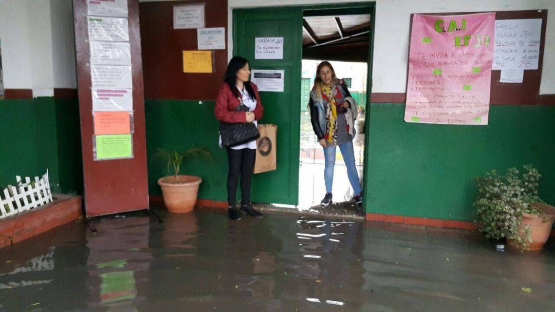 Escuela de Varela quedó inundada con materia fecal