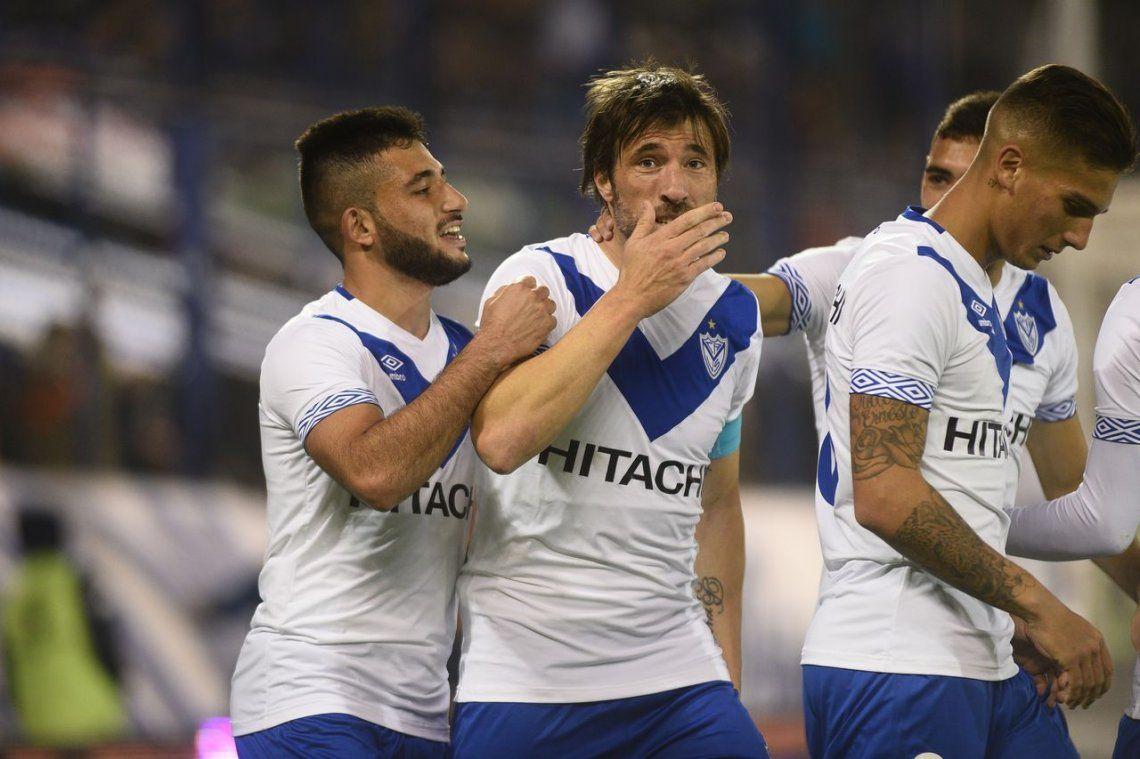 Con un Pavone letal, Vélez se floreó ante Sarmiento y sumó de cara al futuro