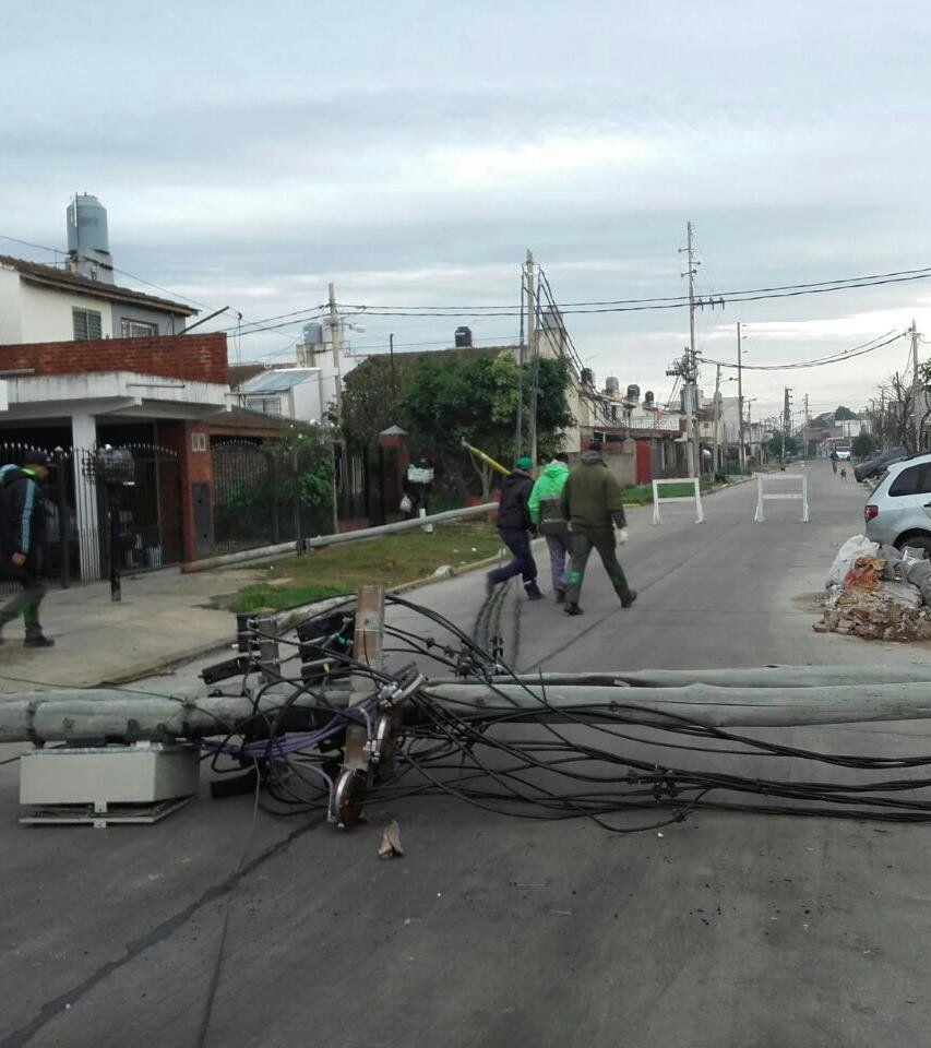 Cientos de vecinos sin luz por la caída de postes en serie