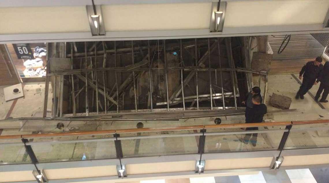 Se derrumbó el techo de un local en el Shopping del Abasto