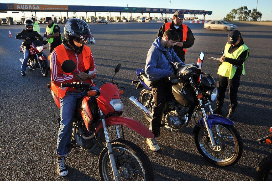 Lanús: sin casco ni chaleco numerados, no cargarán nafta a motociclistas