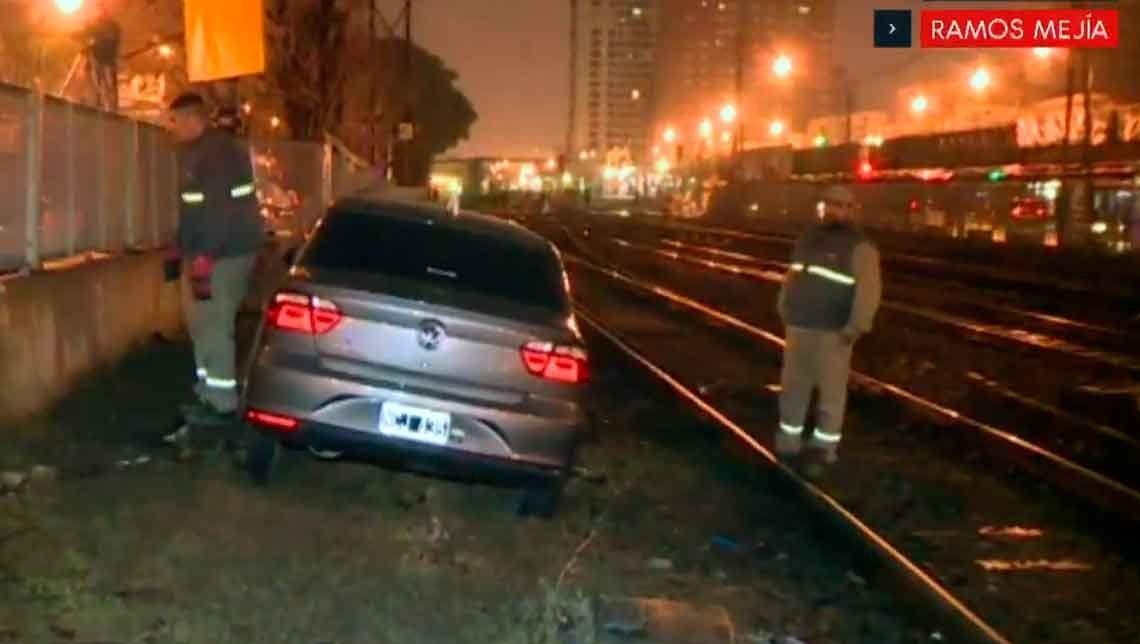 Un auto cruzó las vías con las barreras bajas y fue arrollado por el tren en Ramos Mejía