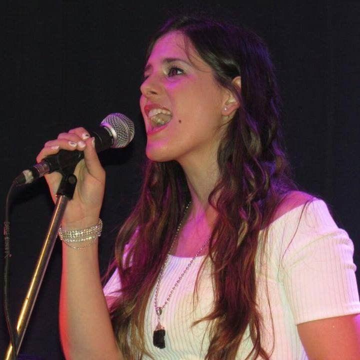 Joven cantante se presenta en Castelar