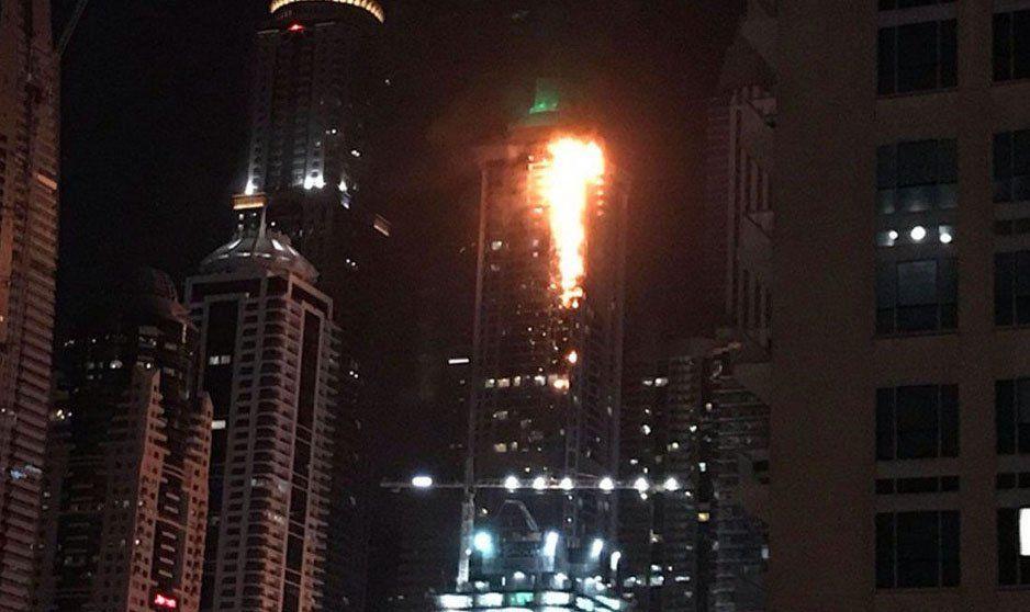 Dubai: impresionante incendio en uno de los rascacielos más famosos del mundo