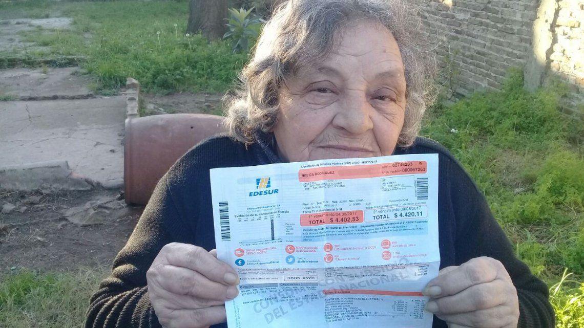 Pagar la boleta o comer: a jubilada que cobra la mínima le vino $4.400 de luz