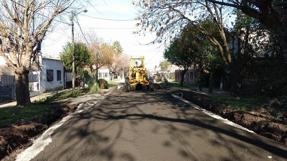 Avanzan obras de asfalto en el barrio Los Manzanares