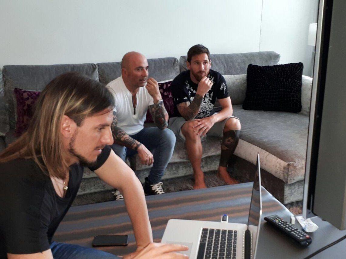 Messi recibió descalzo a Sampaoli: miraron videos y comieron un asado
