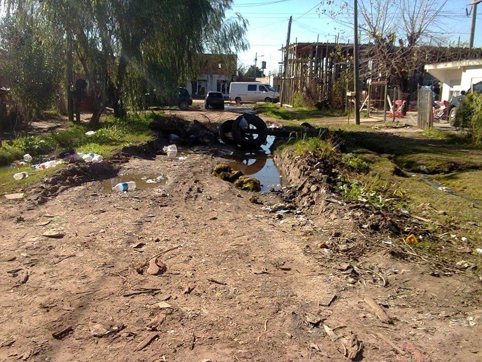 Vecinos pagan por zona residencial pero siguen en el barro