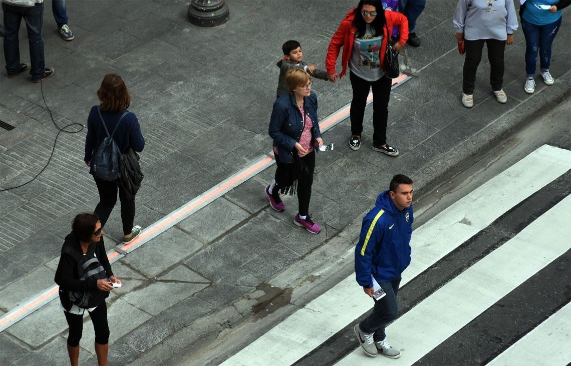 Sólo 1 de cada 10 peatones mira semáforos en el piso
