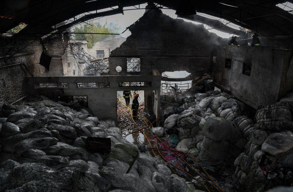 Incendio en Luis Guillón consumió una fábrica de pañales