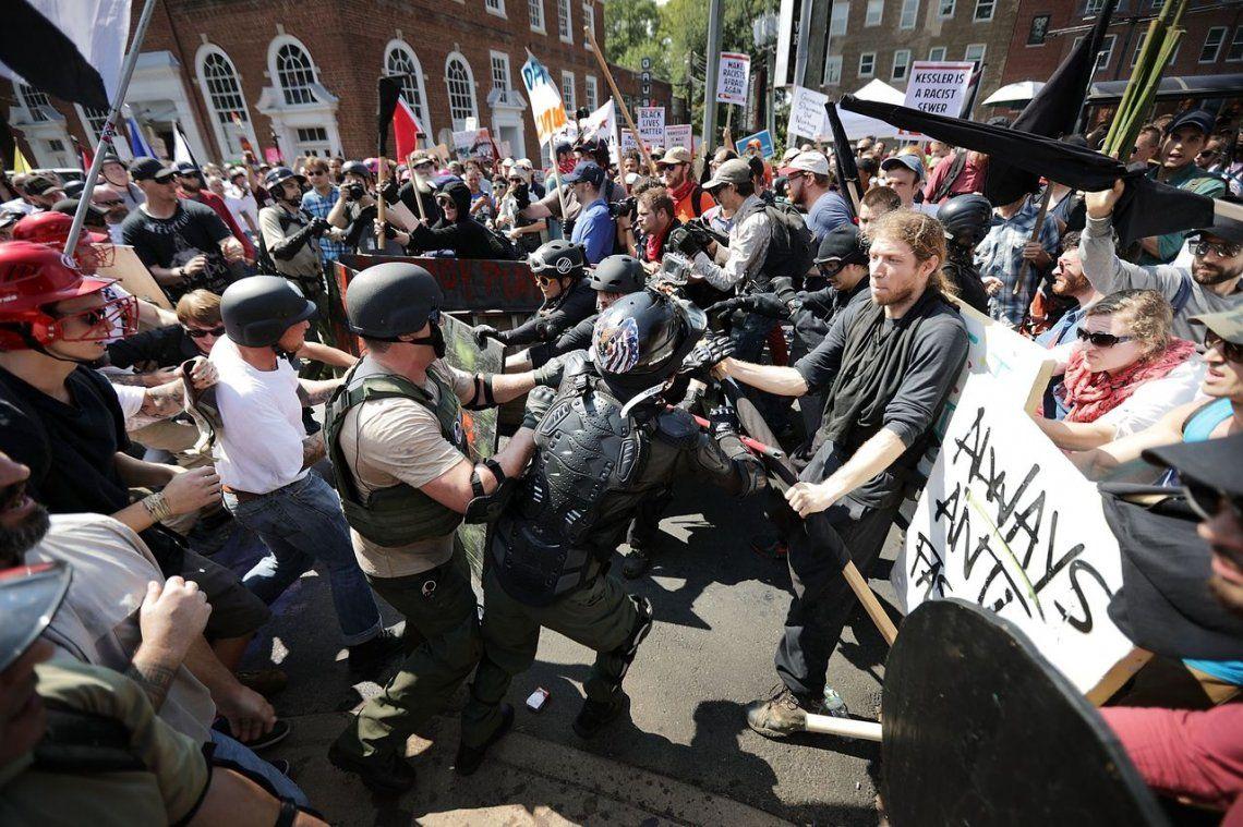 EE.UU.: Un muerto y varios heridos en choques por marcha supremacista blanca