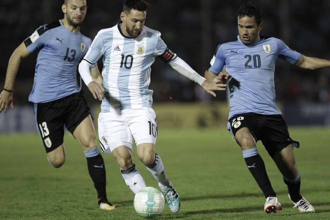 Una escena del primer tiempo. Messi se les escapa a Gastón Silva y al Tata González.