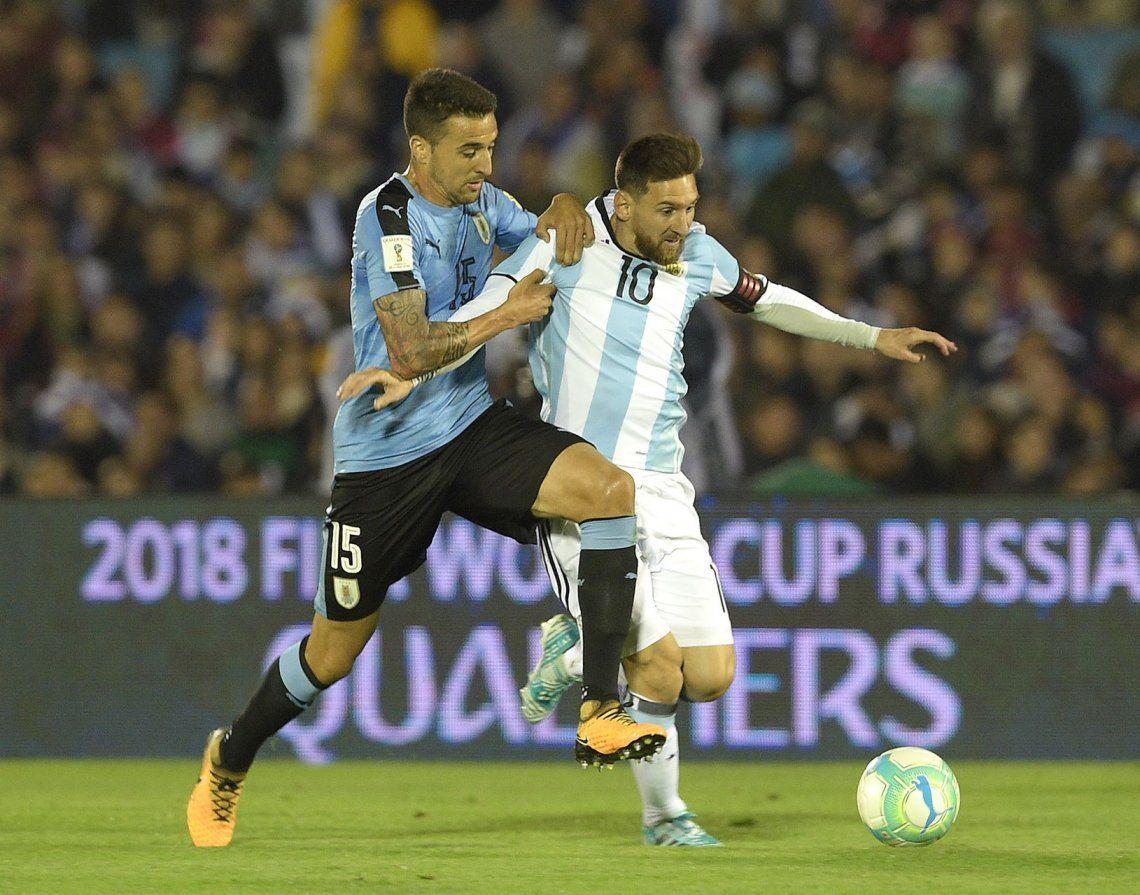 Messi intenta liberarse de la marca de Vecino.