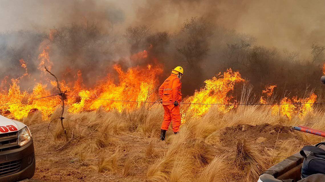 Evacúan a 150 personas en Cosquín por incendio aparentemente intencional