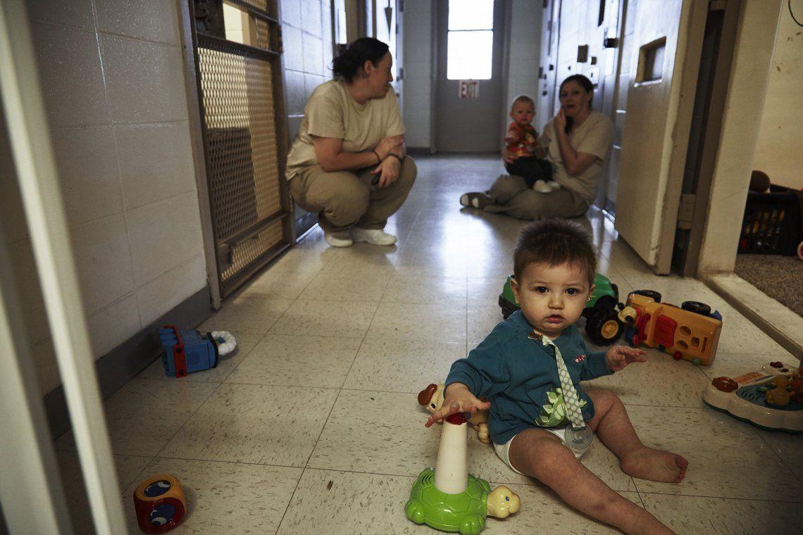 ¿Deben los bebés cumplir condena junto a sus madres presas?