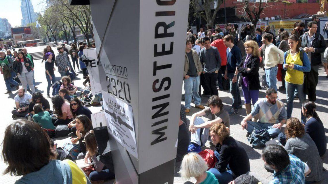 Científicos y becarios del Conicet toman el ministerio de Ciencia y Tecnología