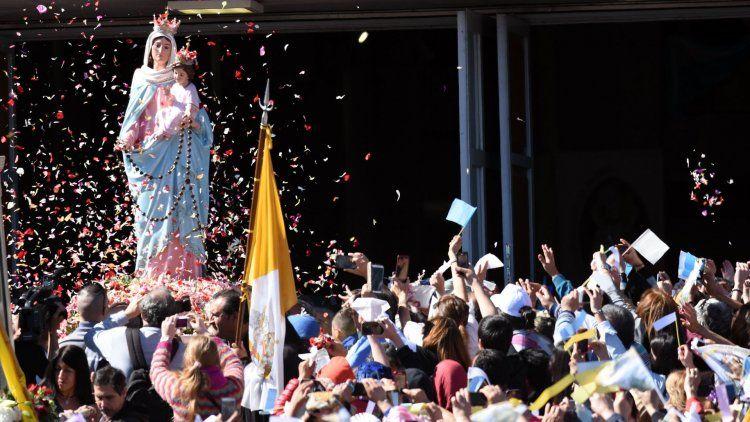 Miles veneran a la Virgen del Rosario