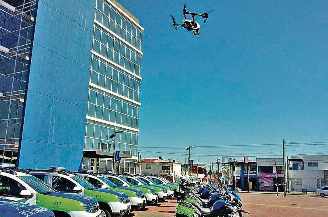 dEl dron volando sobre las motos y patrulleros con los que cuenta la policía de Berazategui.