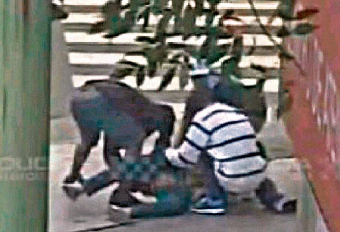 dLos delincuentes se abalanzan sobre las víctimas y en segundos las despojan de sus pertenencias.