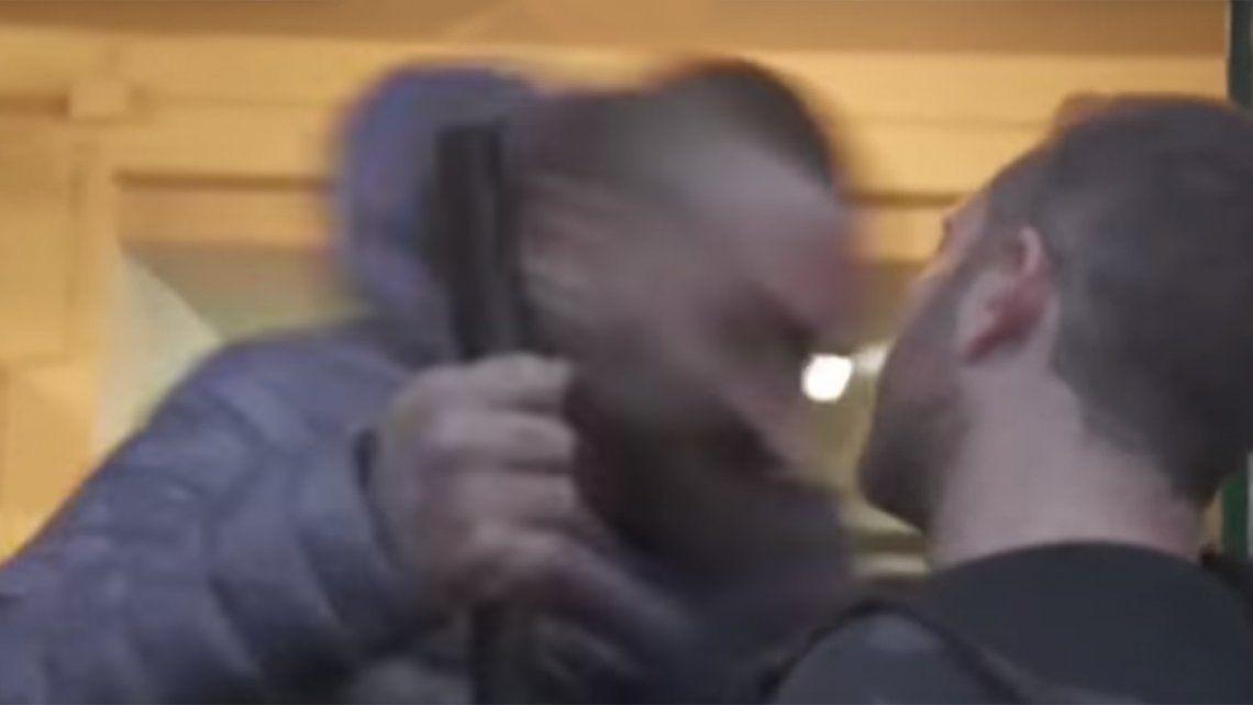 Video | Brutal golpiza a un periodista de la televisión pública