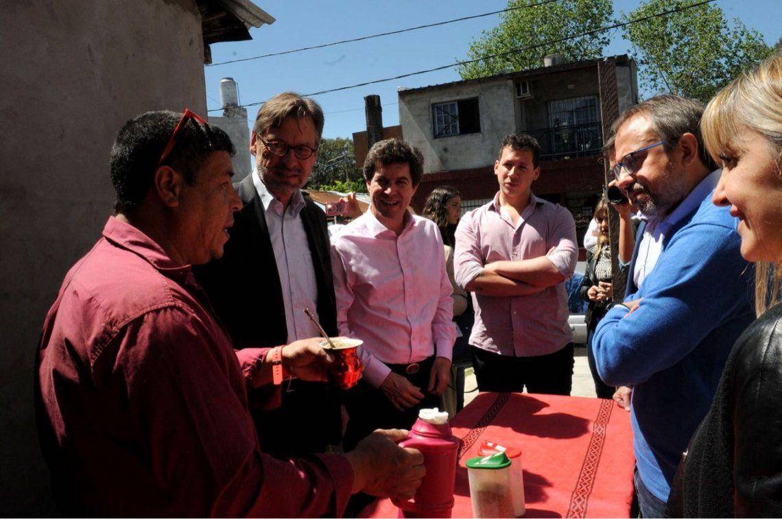 Embajador europeo tomó mate en un barrio que estrenó red de agua potable