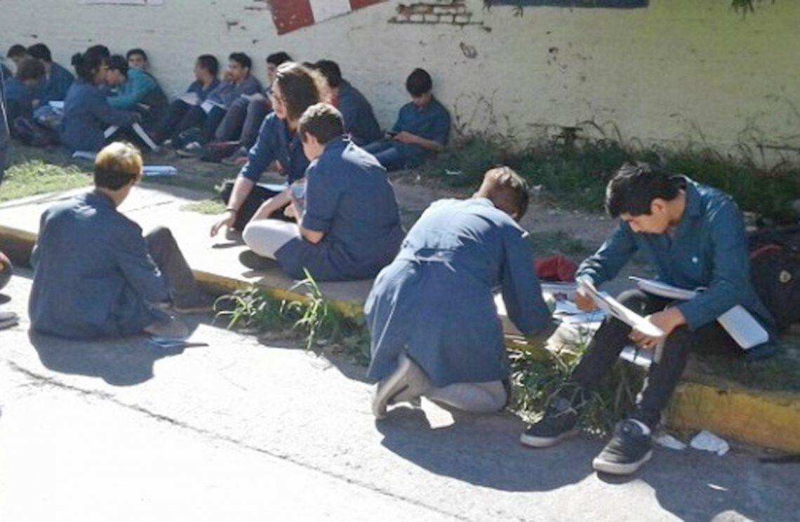 Por las amenazas de bomba, escuela de Quilmes dio clases en la vereda