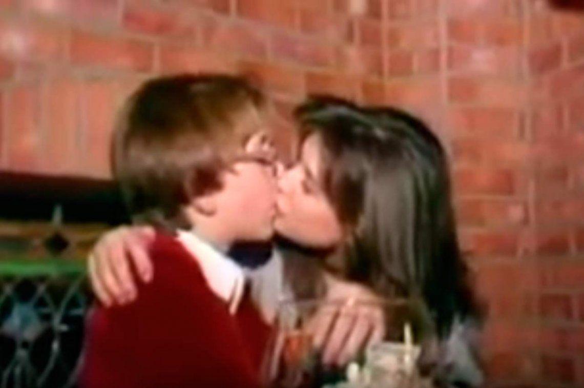 Demi Moore, jaqueada por el archivo: video la muestra besando a un menor