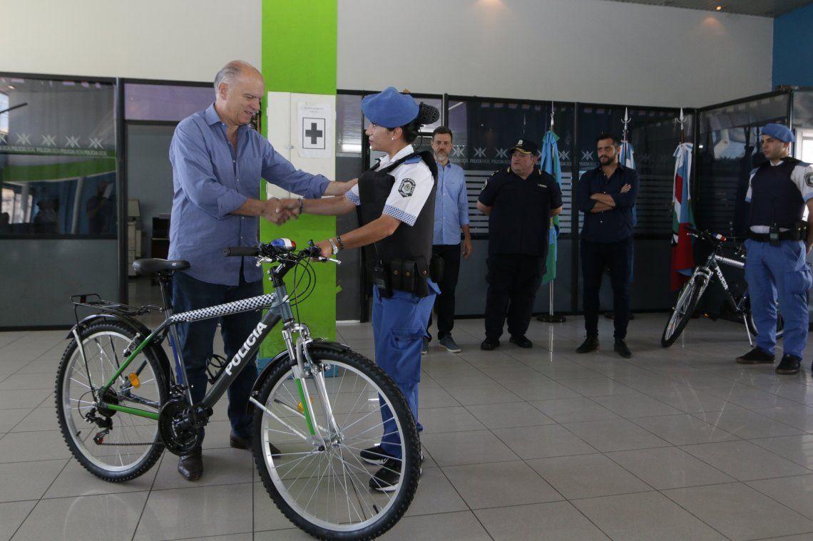 Entregaron equipamiento para los bicipolicías de Lanús