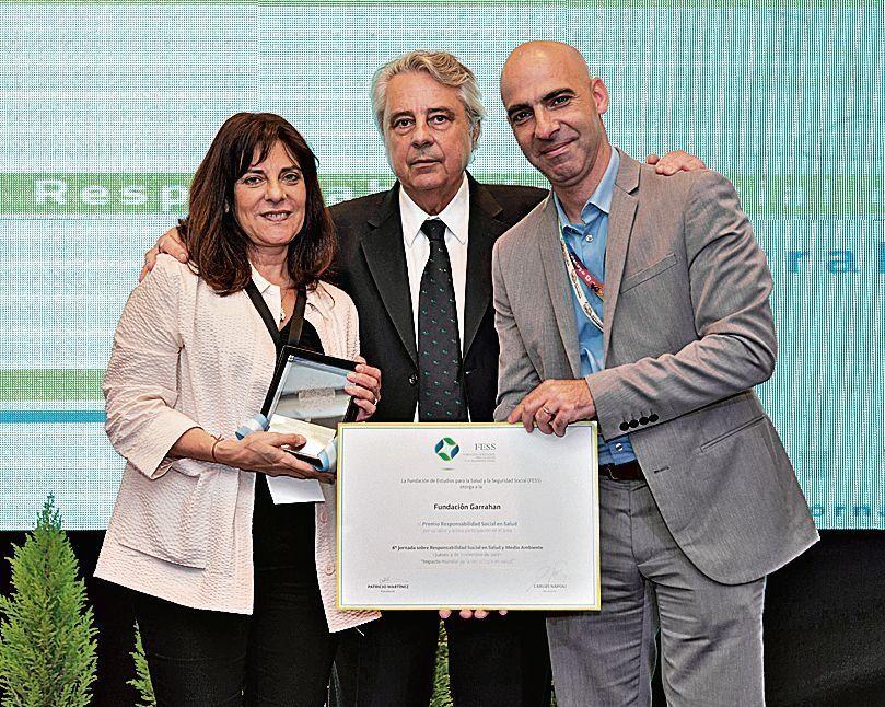 dRepresentantes del Garrahan junto al titular de la Fundación FESS (centro).