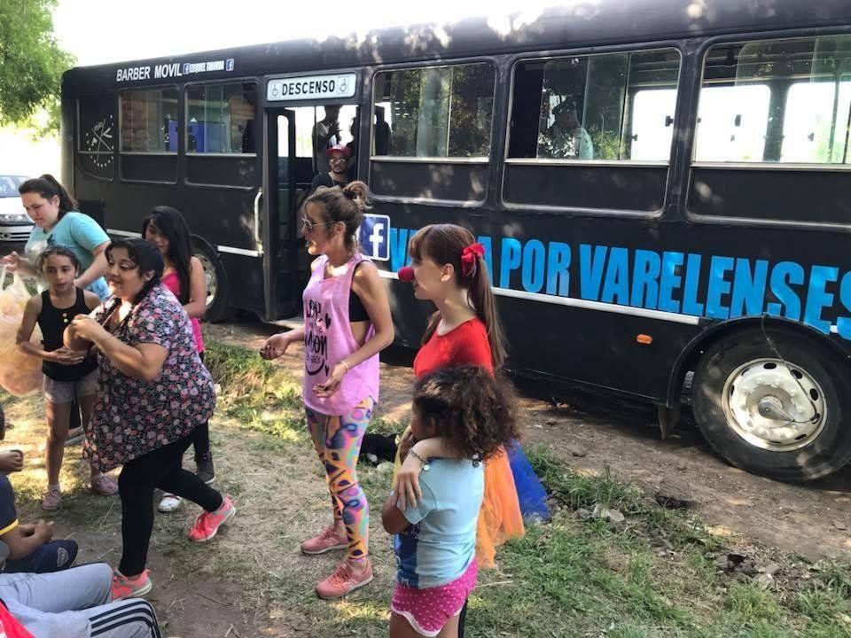 Un Colectivo-Peluquería que regala cortes y sonrisas en Florencio Varela