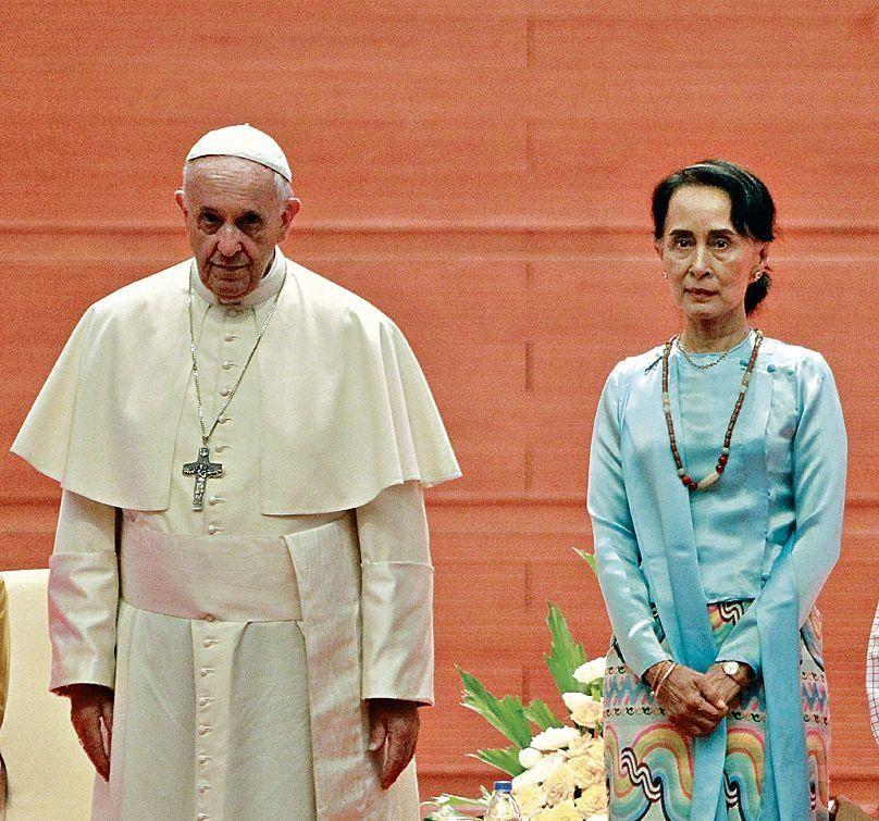 Francisco posa con Aung San Suu Kyi