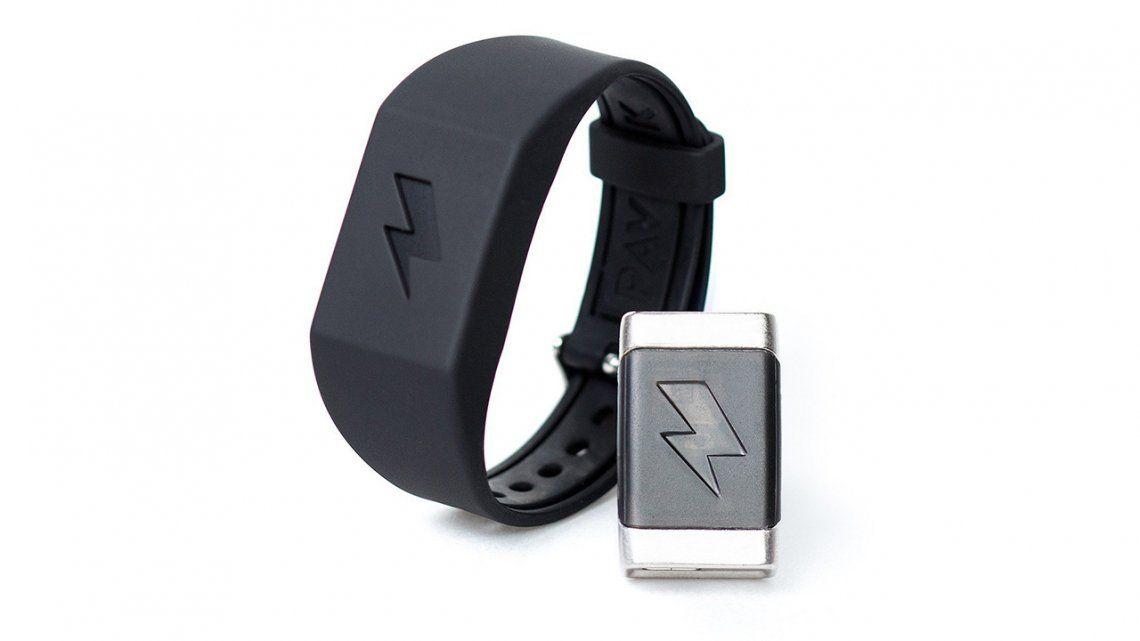 Lanzan pulsera que envía descargas eléctricas a su portador cuando se porta mal